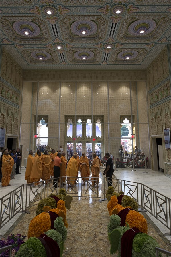 Swamishri views the new Pramukh Swami Mandapam