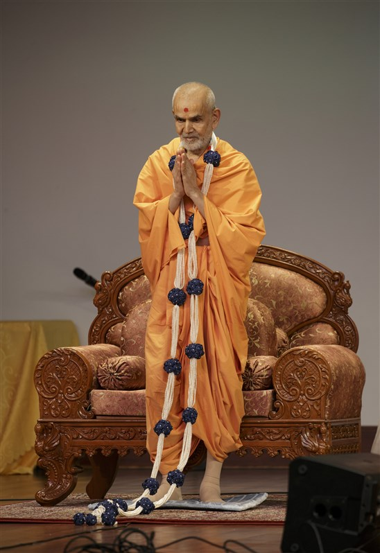 A garland of pearls is offered to Swamishri