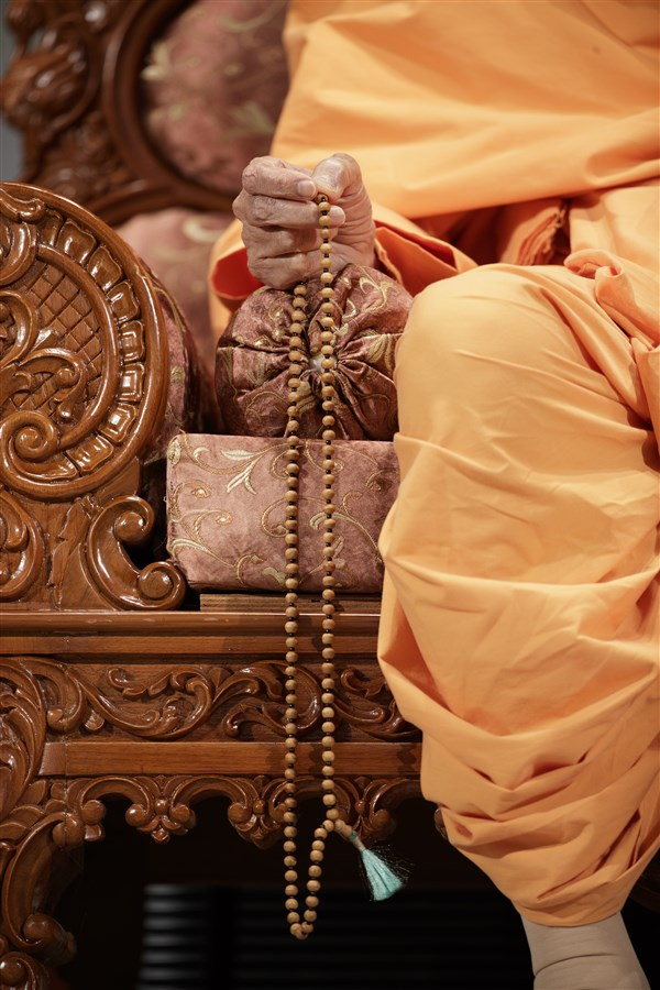 Swamishri performs mala during the assembly