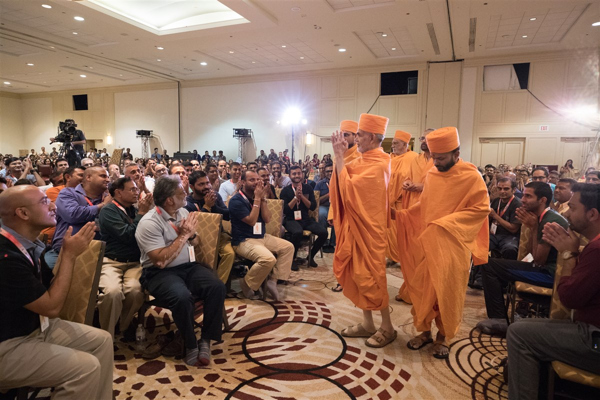 Swamishri greets volunteers with folded hands as he arrives to North American Leadership Seminar in Philadelphia, PA