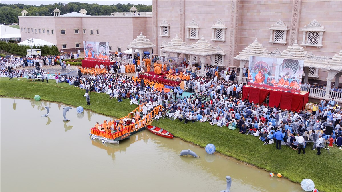 Swamishri engaged in the Jal Jhilani festival