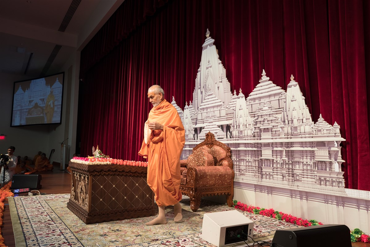Swamishri performs pradikshina during puja