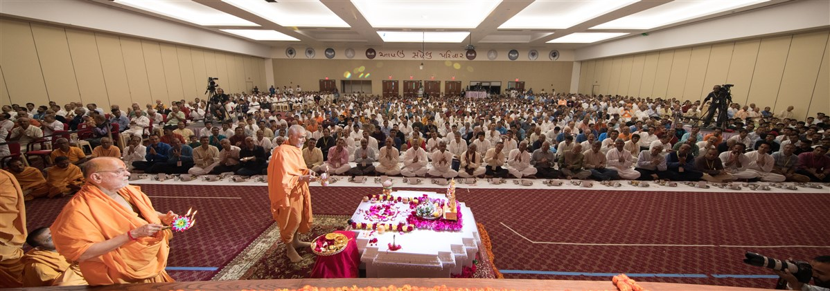 Swamishri engaged in the Swaminarayan Akshardham Sthambh Pujan ceremony