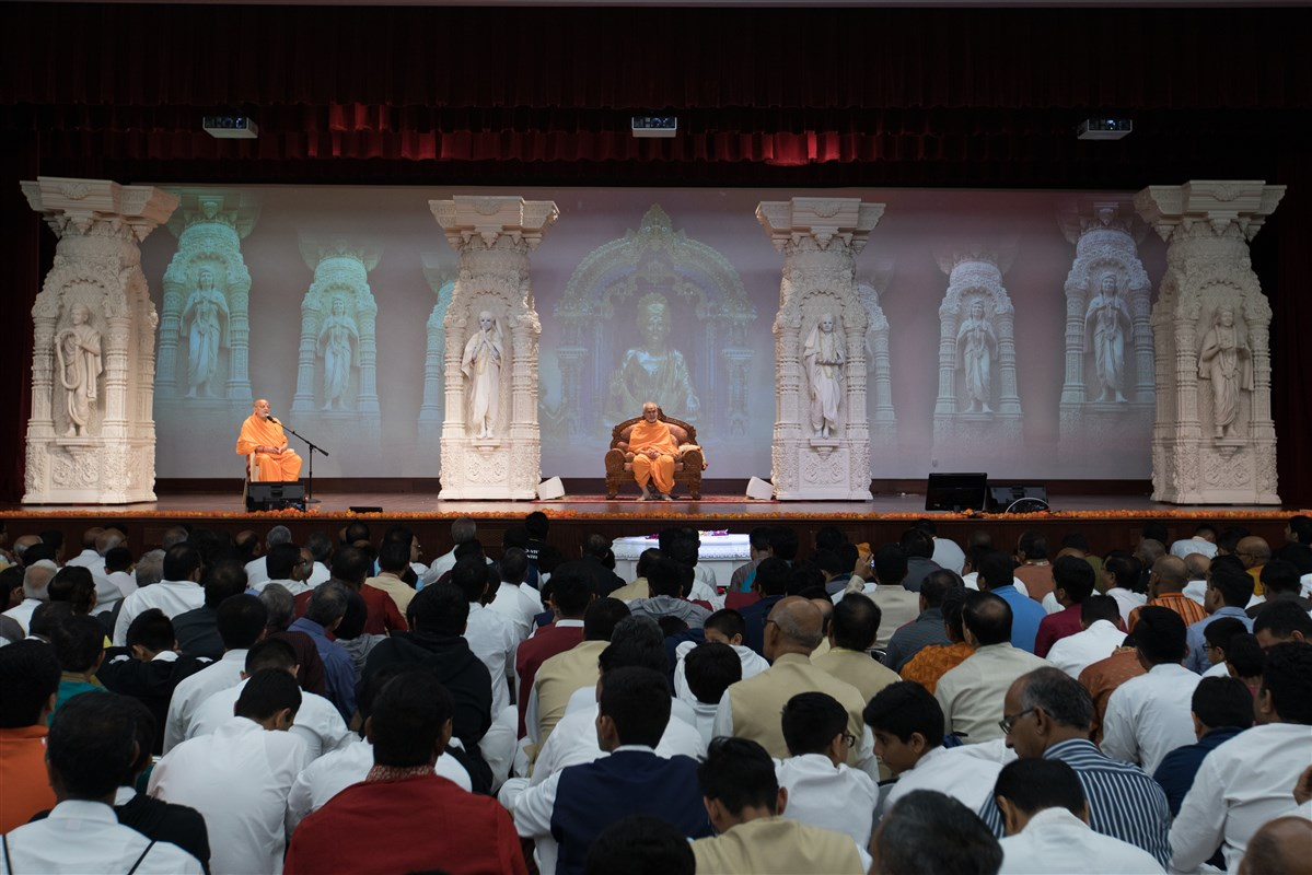 Pujya Ishwarcharandas Swami addresses the assembly