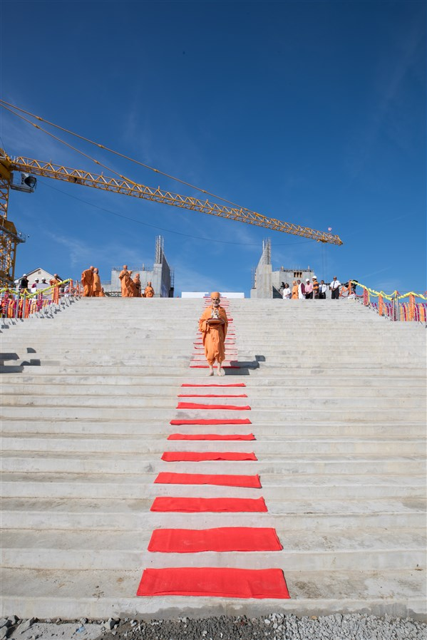 Swamishri with Shri Harikrishna Maharaj on the Swaminarayan Akshardham construction Site