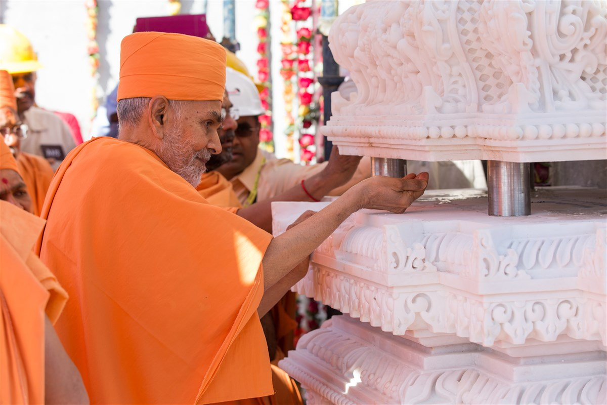 Swamishri engaged in the Swaminarayan Akshardham Stambh Sthapan ceremony
