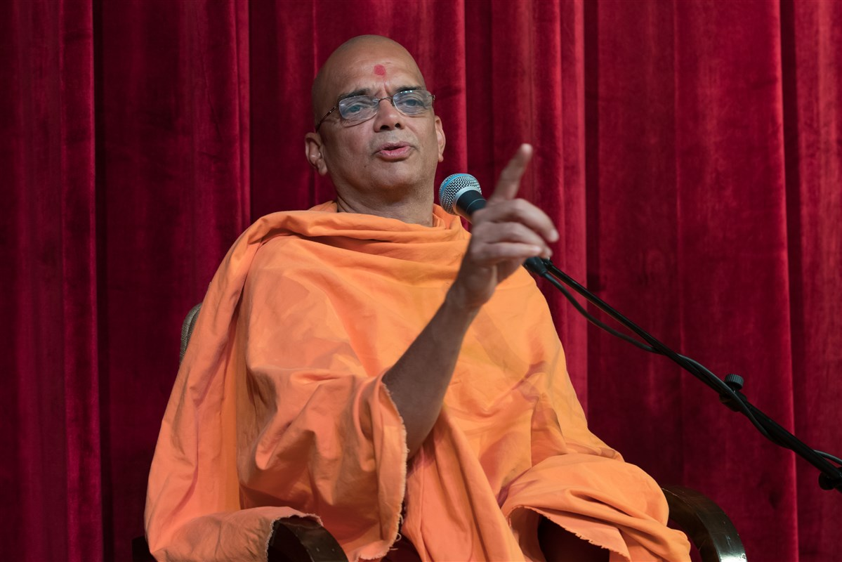 Pujya Narayamunidas Swami addresses the assembly