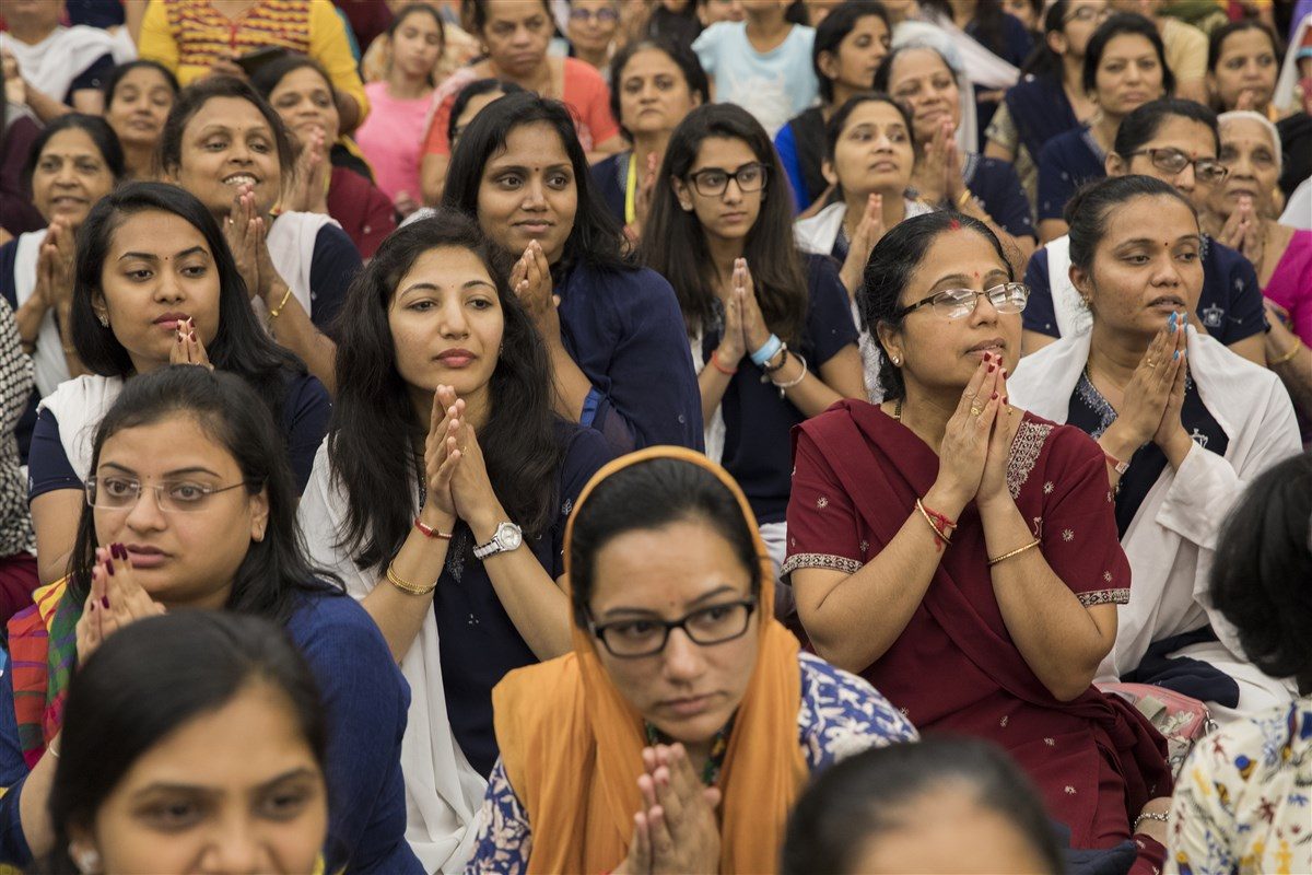 Devotees engrossed in the evening arti