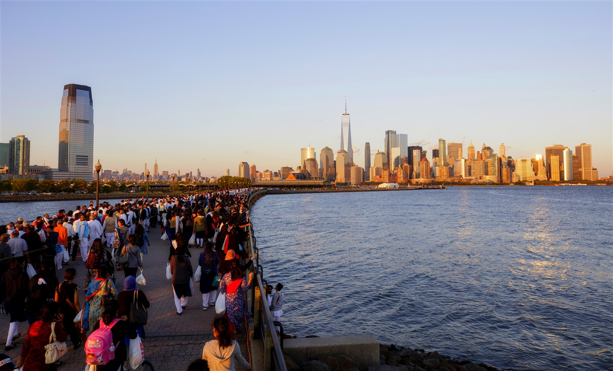 Devotees make their way to the banks of the Hudson River for Swamishri's darshan