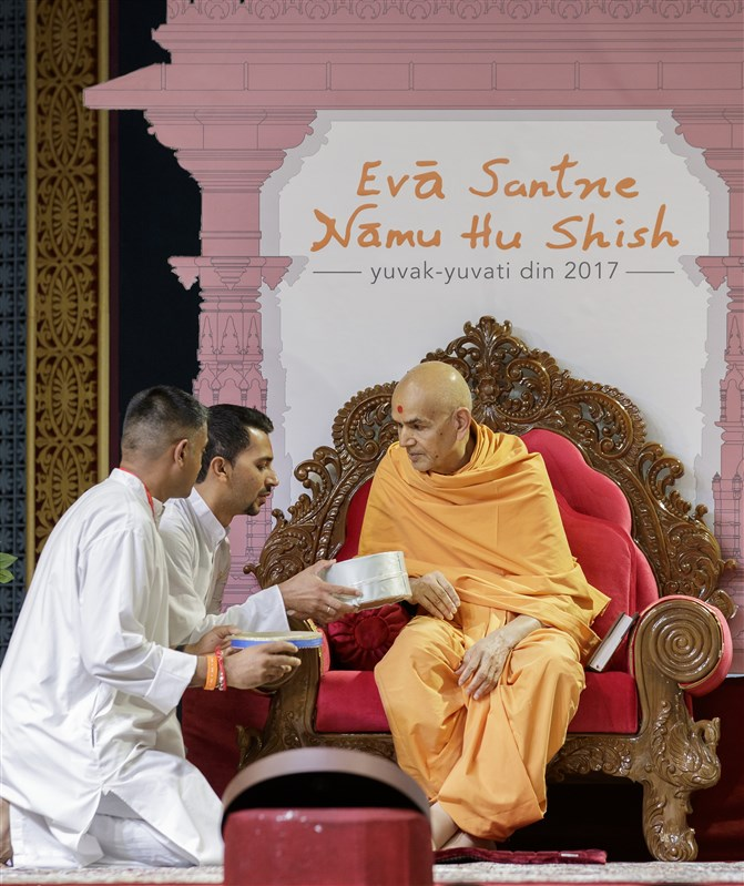 Swamishri interacts with youths