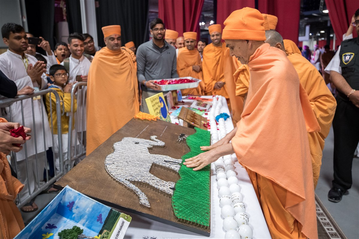 Swamishri appreciates the devotion of youths