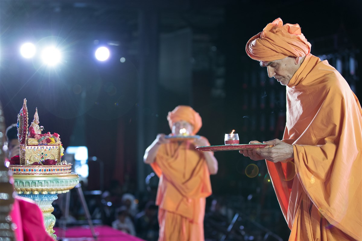 Swamishri and Pujya Ishwarcharandas Swami perform the evening arti
