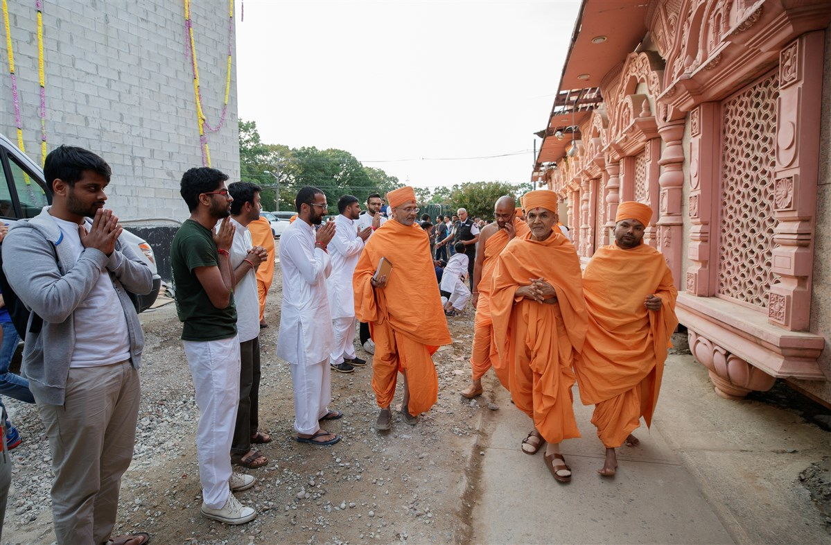Swamishri visits the construction site of the new BAPS Shri Swaminarayan Mandir, Edison, NJ, USA