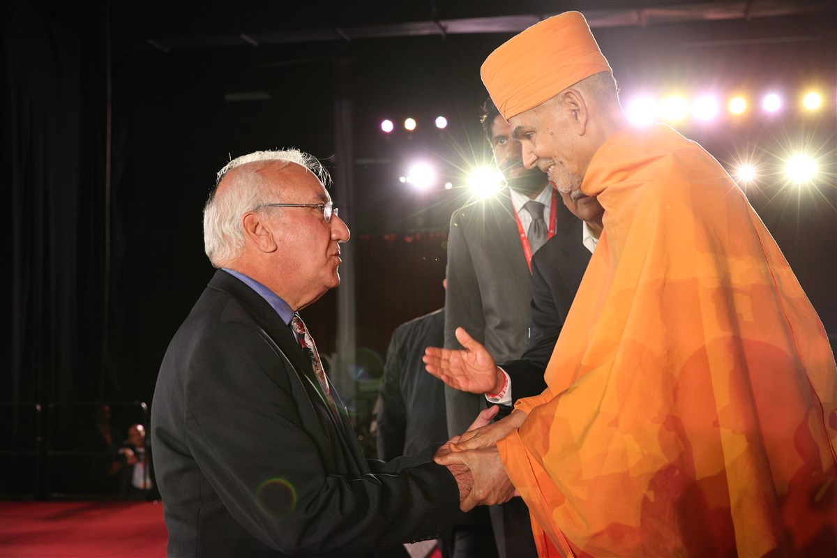 Swamishri blesses Clifton Mayor James Anzaldi