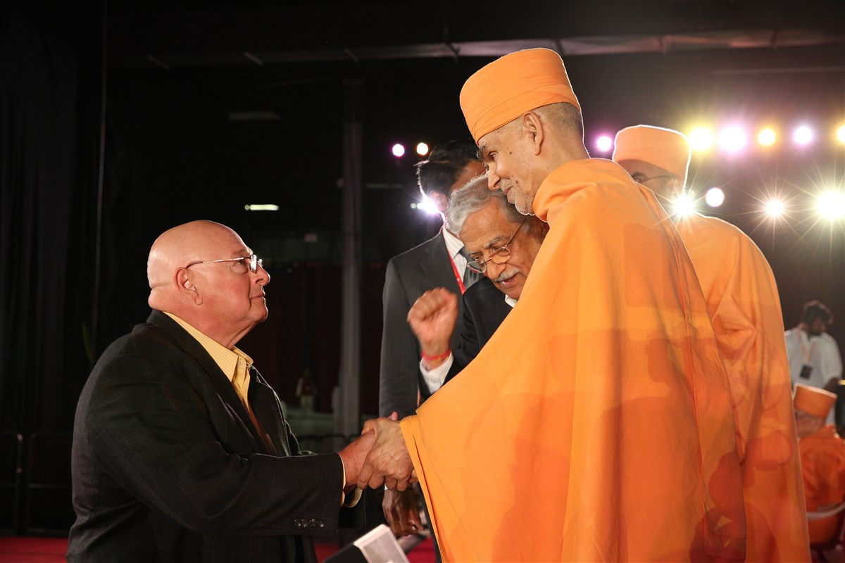 Swamishri blesses New Jersey Senator Bob Smith