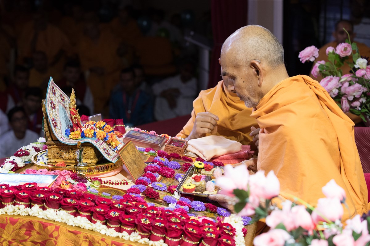 Swamishri offers thal to Thakorji in his puja