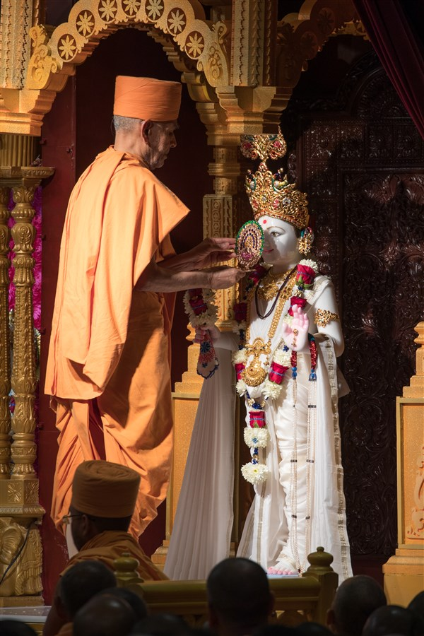 Swamishri engaged in the murti-pratishtha ceremony