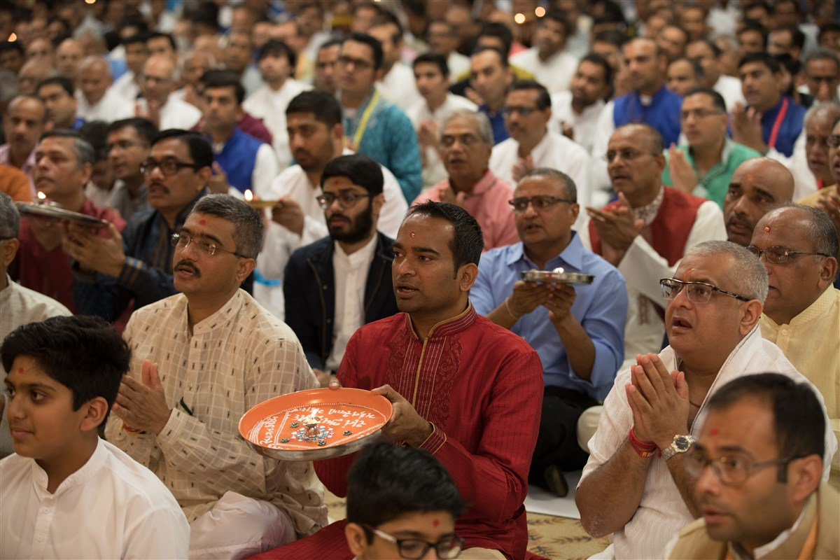 Devotees engaged in the pratishtha arti