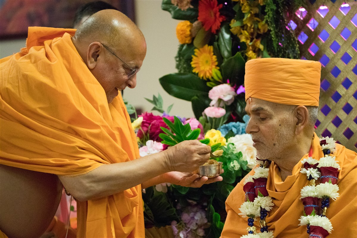 Pujya Ishwarcharandas Swami offers 'shiro' to Swamishri on this auspicious occasion