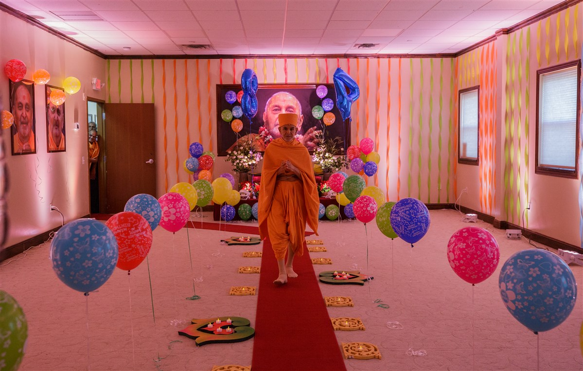 Param Pujya Mahant Swami Maharaj arrives for morning puja on his 84th Birthday