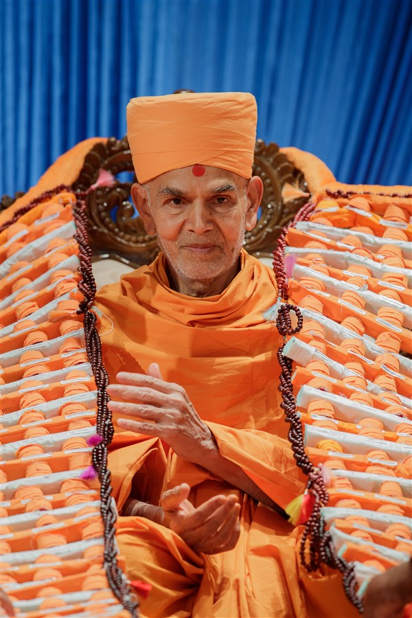 Swamishri is garlanded with a unique garland made of paghs