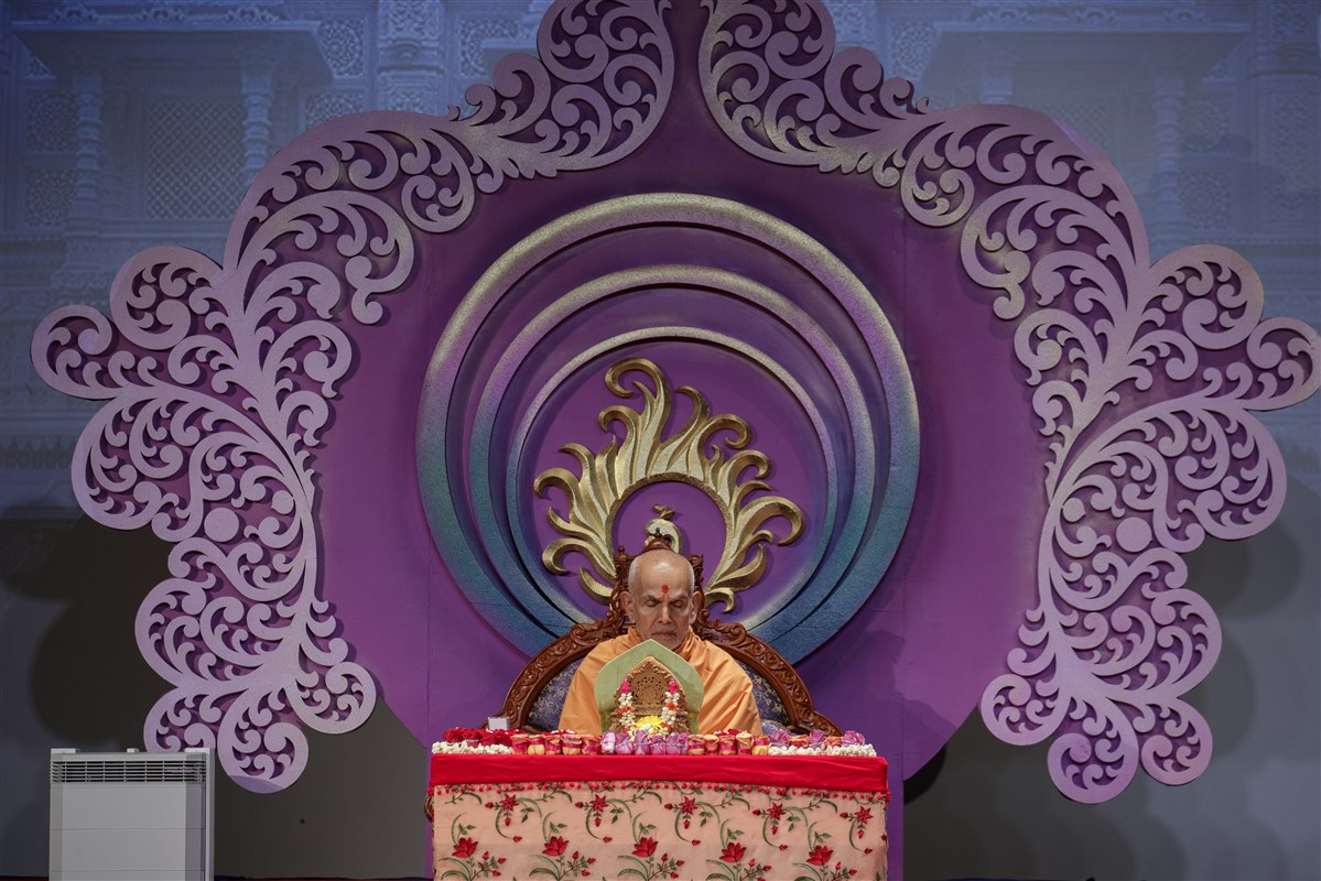 Param Pujya Mahant Swami Maharaj meditates during morning puja