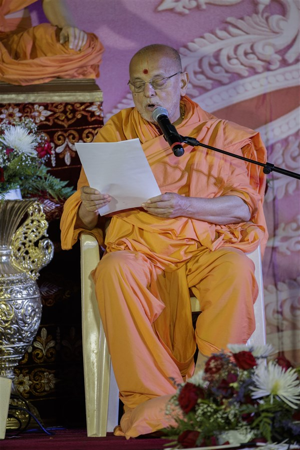 Pujya Ishwarcharandas Swami reads a letter written by Swamishri about the Akshar Purushottam Upasana and the Svāminārāyaṇasiddhāntasudhā – a vādagrantha that offers an exposition, justification, and defence of the Akṣara-Puruṣottama Darśana's philosophical principles.