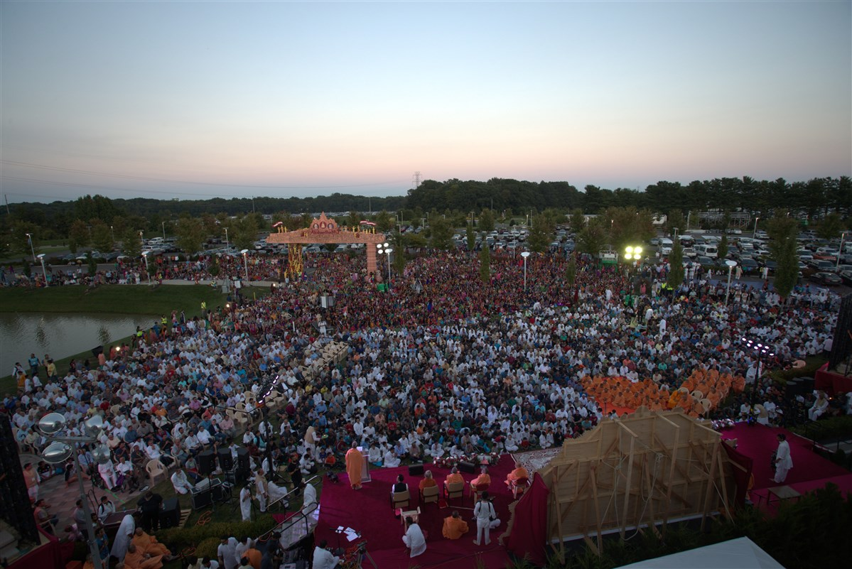 Devotees engaged in the Akshar Purushottam Siddhanth Din assembly