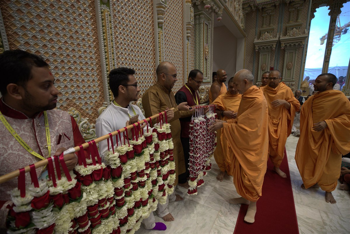 Swamishri sanctifies marriage garlands