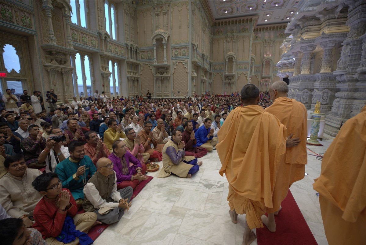 Devotees engrossed in Swamishri's darshan in the Pramukh Mandapam