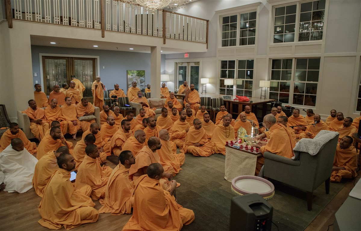 Swamishri offers thal to the murtis in his puja
