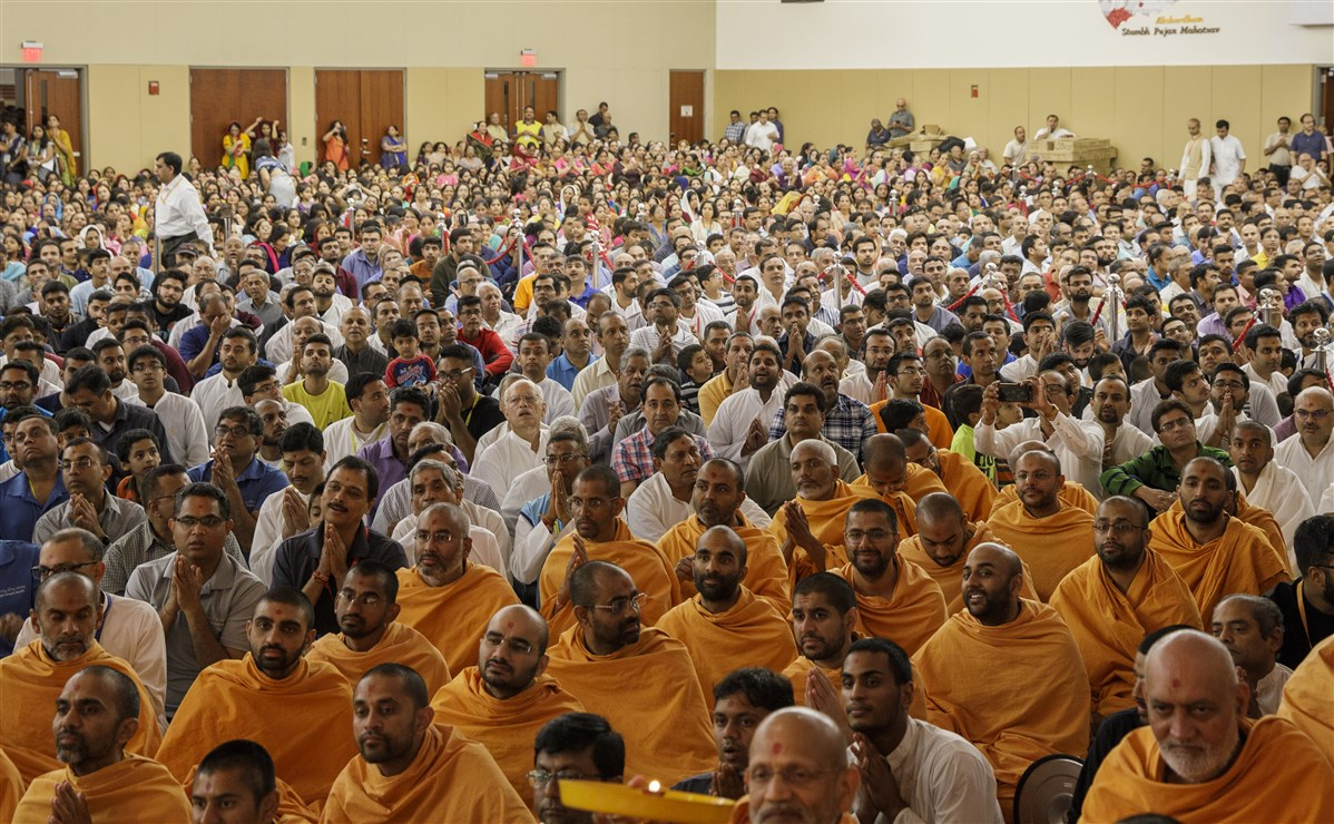 Swamis and devotees engaged in Swamishri's darshan