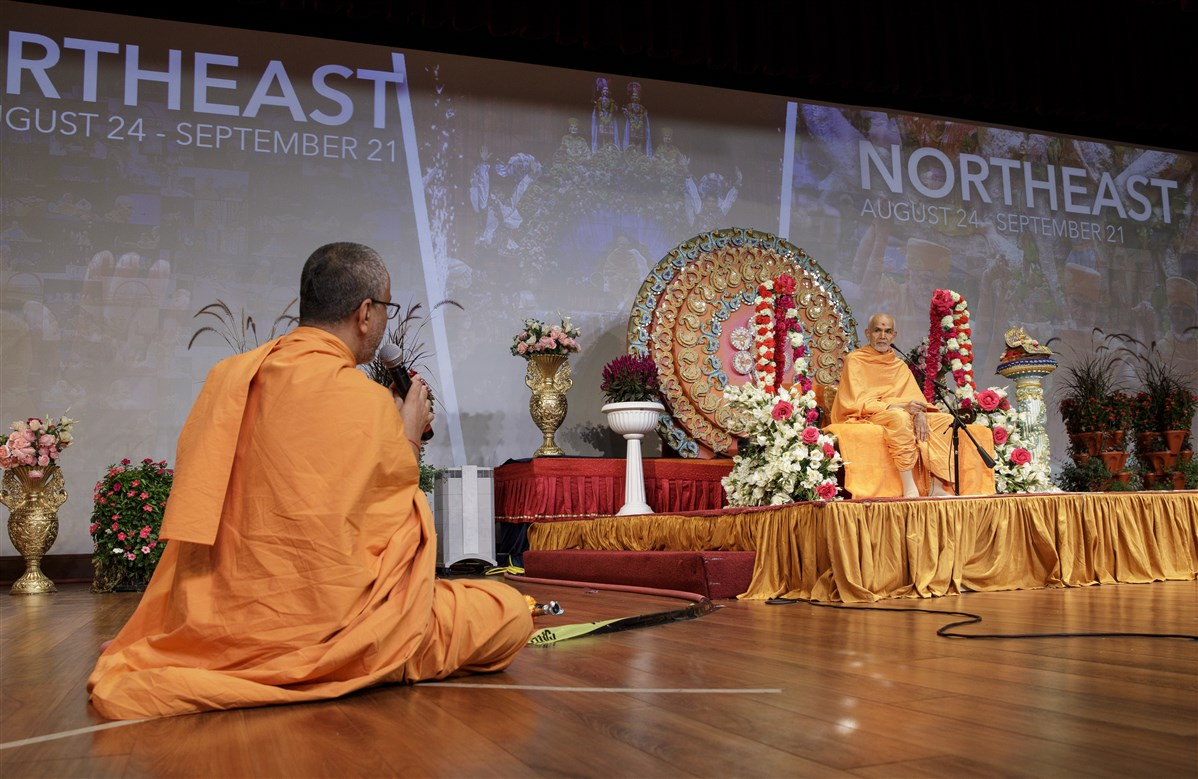 Swamishri engaged in a question-answer session