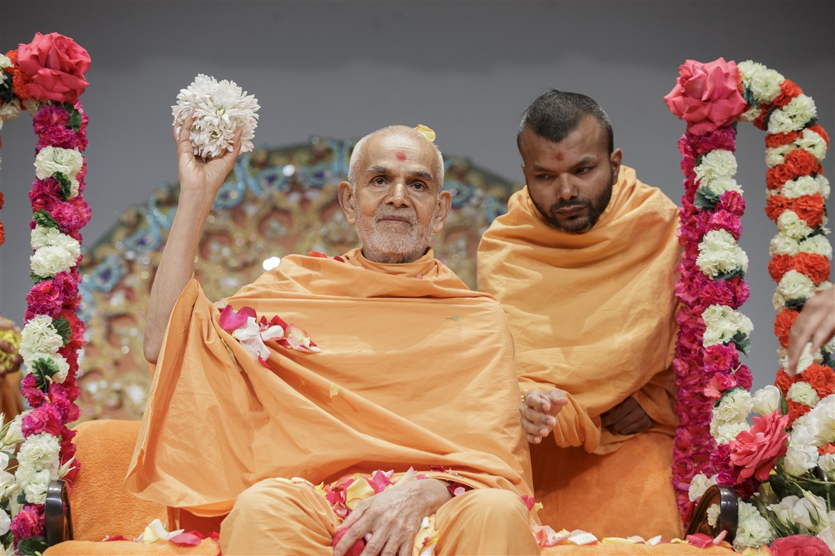 Swamishri showers devotees with shower petals