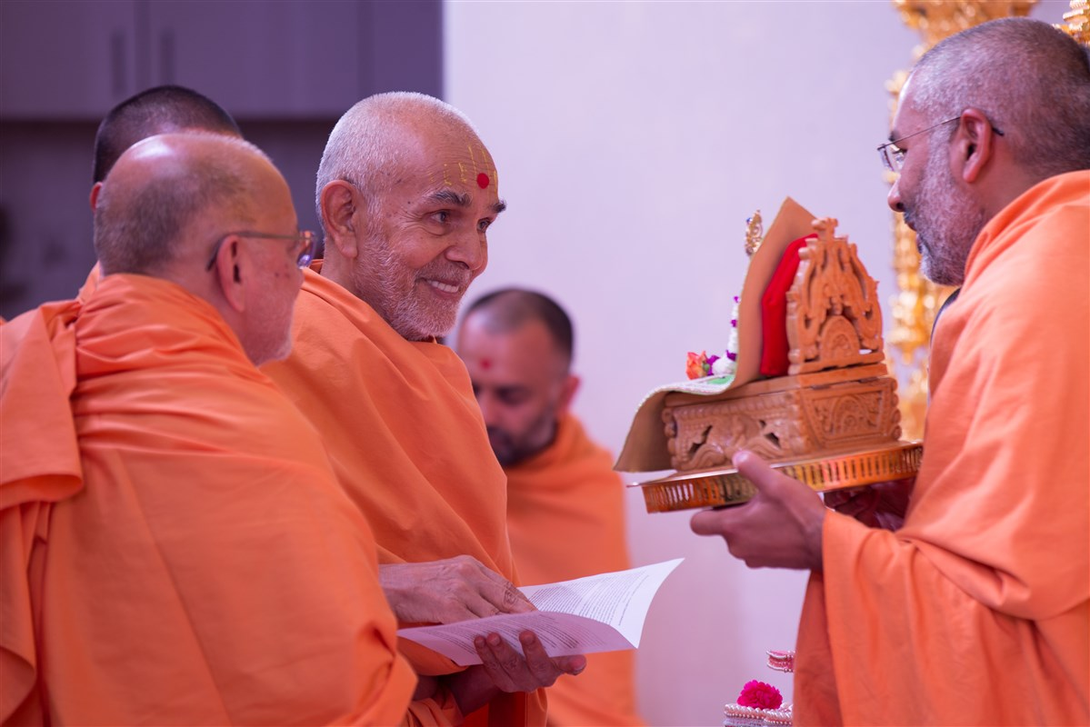 Param Pujya Mahant Swami Maharaj engrossed in the darshan of Shri Harikrishna Maharaj