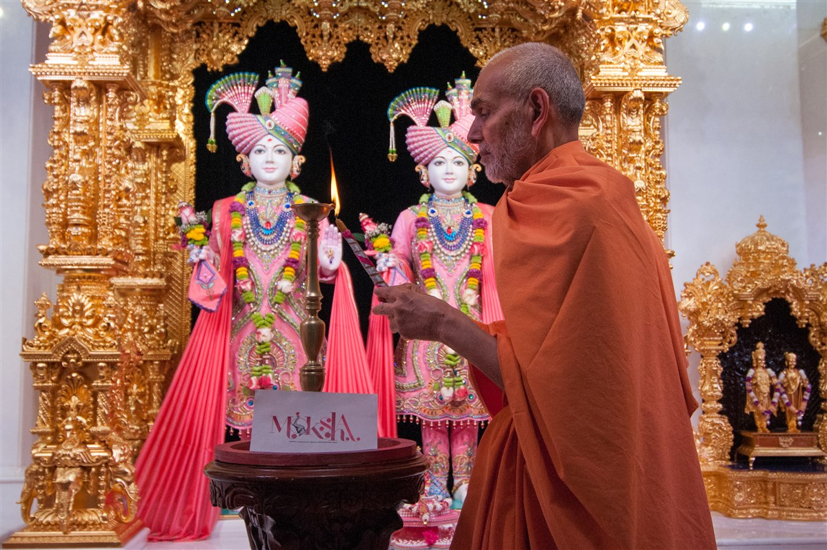 Swamishri performs deep pragatya to inaugurate the North American Youth Convention 2018