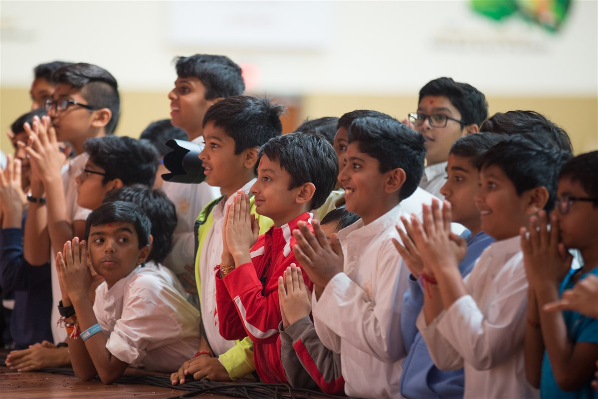 Children engrossed in Swamishri's darshan