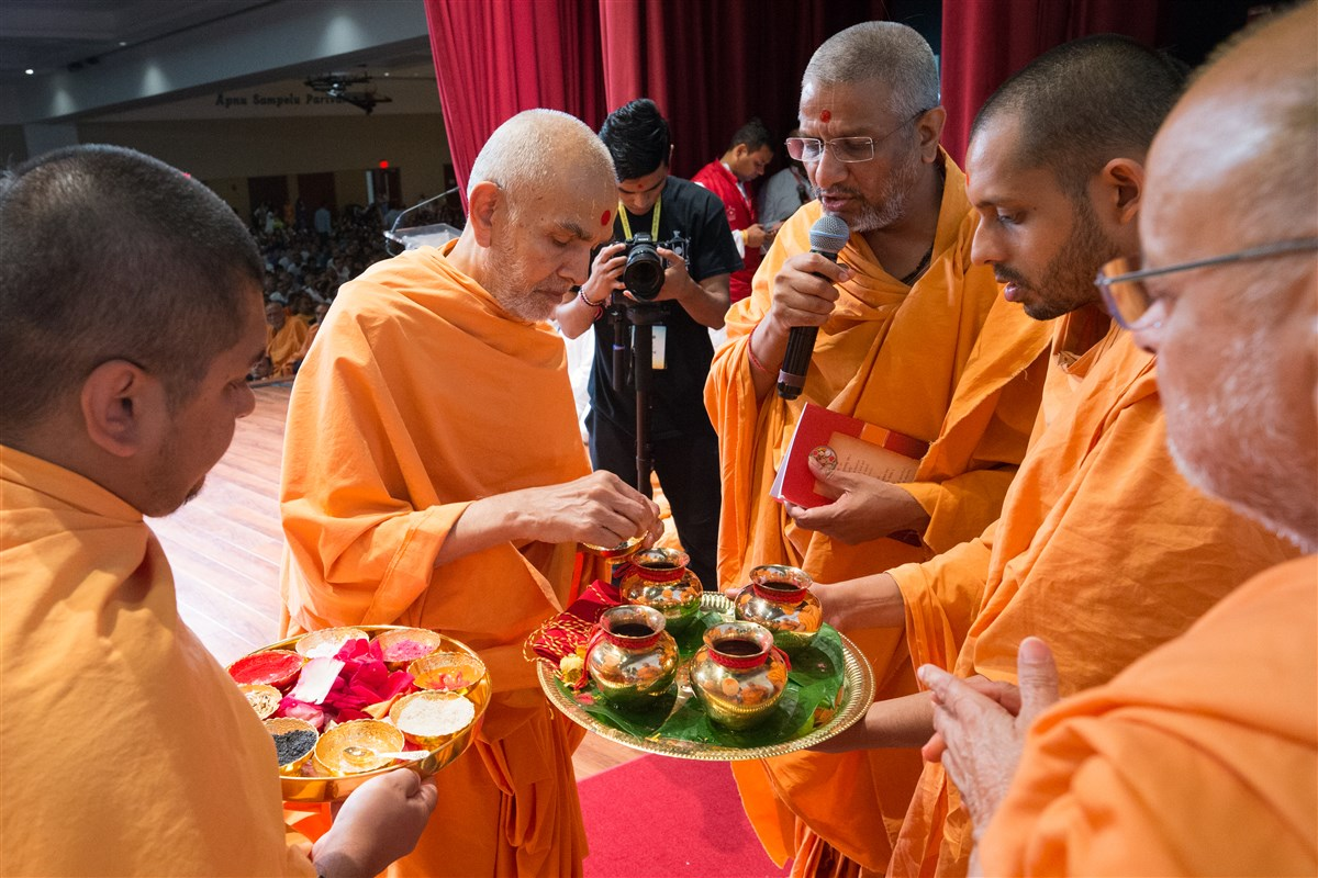 Swamishri performs bhumi-pujan ceremony for other phases of Swaminarayan Akshardham, Robbinsville, NJ