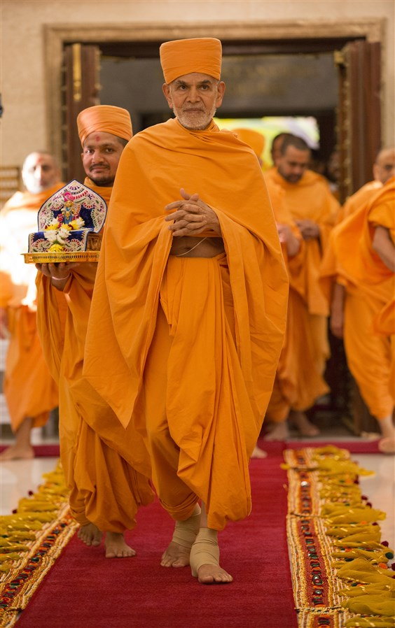 Swamishri enters the Nilkanth Abhishek Mandap...