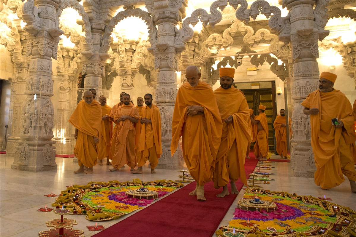 Swamishri proceeds to the upper sanctum of the Mandir...