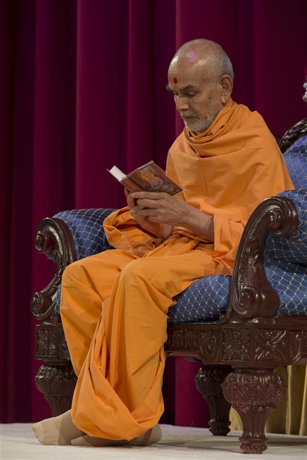 Swamishri concludes his puja by reading the Shikshapatri