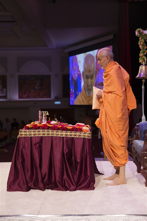 6.16: Swamishri stands to perform his tapni mala