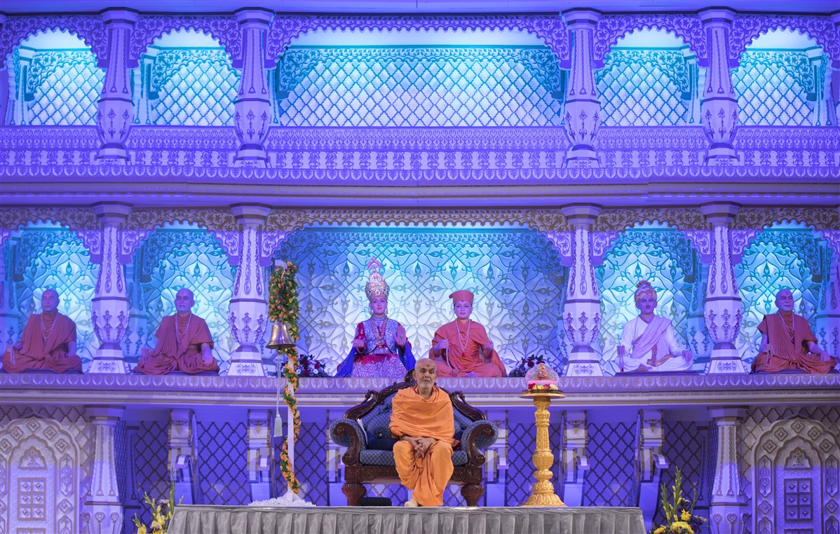 Swamishri soon returned to the assembly hall, at 9am...