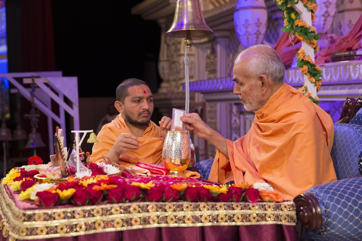 6.27: Swamishri sanctifies water with the holy relics of Bhagwan Swaminarayan and the Guru Parampara