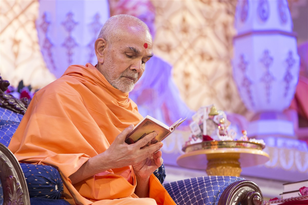6.30am: Swamishri concludes his puja by reading the Shikshapatri