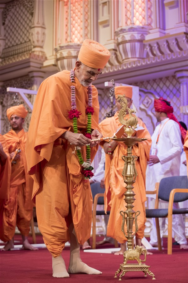 Swamishri inaugurates the all-day 'Akshar-Purushottam Darshan Chhavani' by lighting the divo