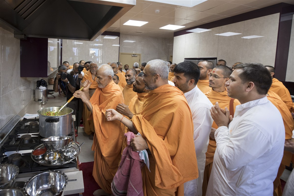 Swamishri also prepared khichdi for Thakorji...