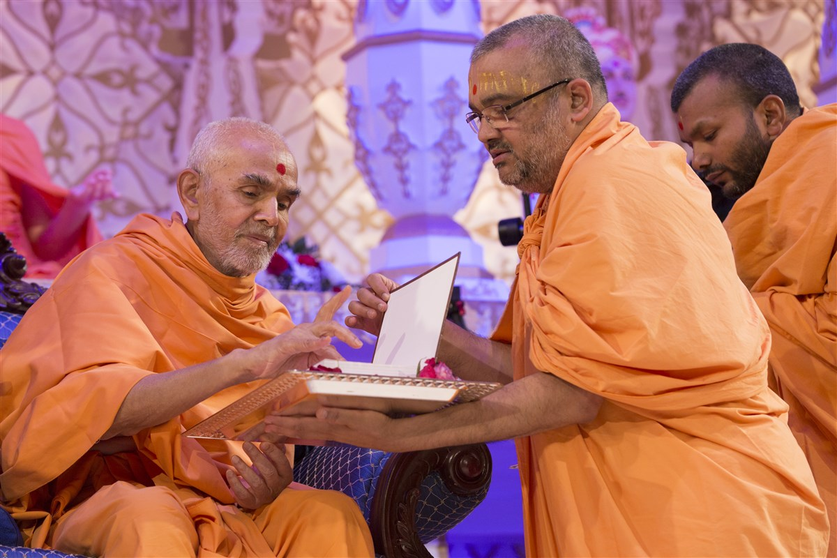 Swamishri performs the pujan of <i>Swaminarayan-Siddhant-Sudha</i>, authored by Mahamahopadhyaya Bhadreshdas Swami