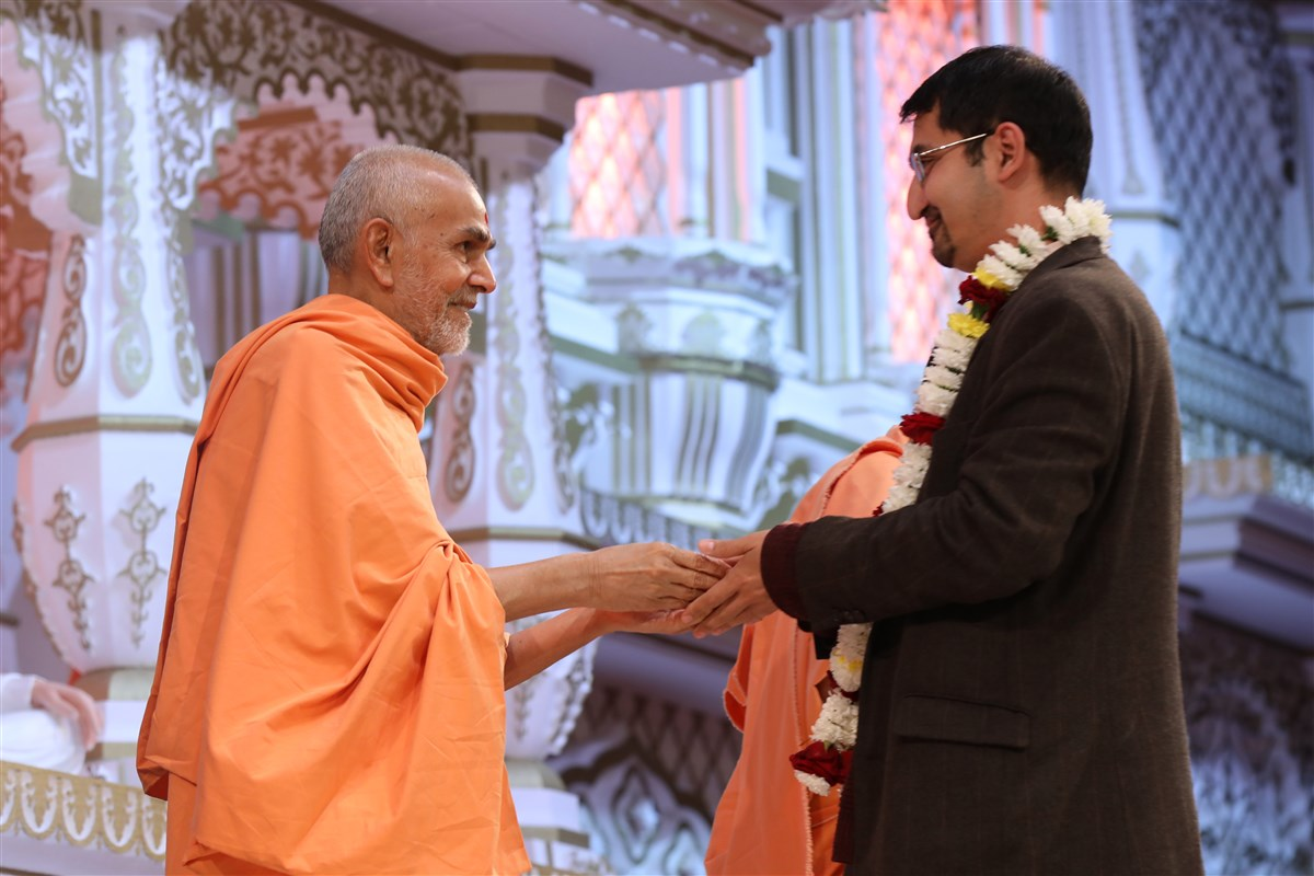 Dr Barua receives blessings from Swamishri