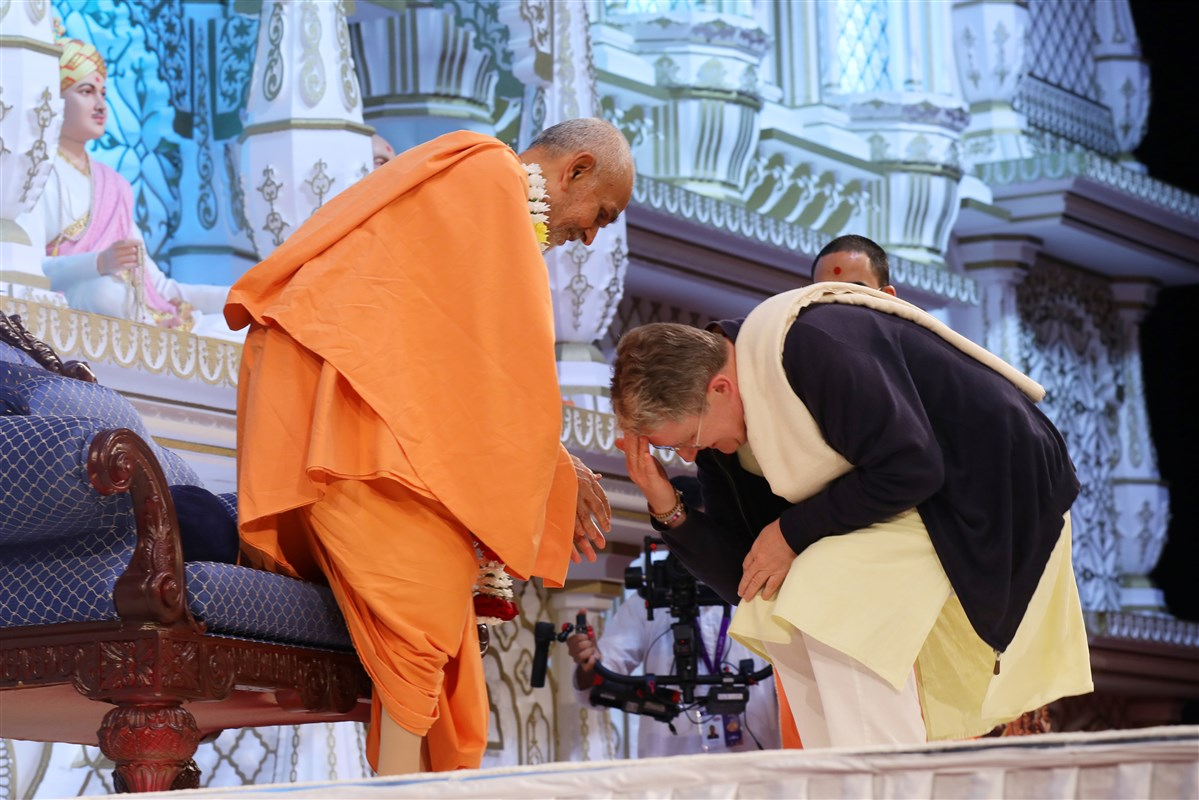 Shaunaka Rishi Das bows before Swamishri and receives his blessings